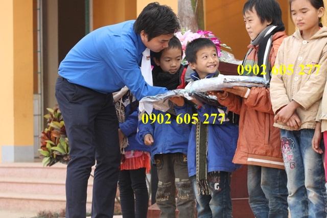 Sản xuất áo gió đi thiện nguyện cho trẻ em vùng cao