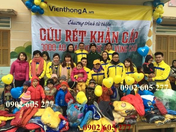 Trao áo khoác ấm từ thiện cho trẻ em vào mùa đông
