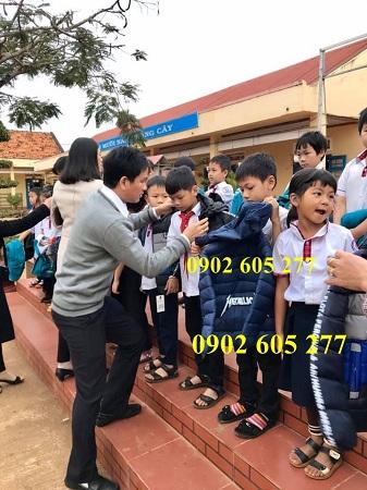 Mua áo từ thiện mùa Tết cho các em nhỏ tại Bắc Giang